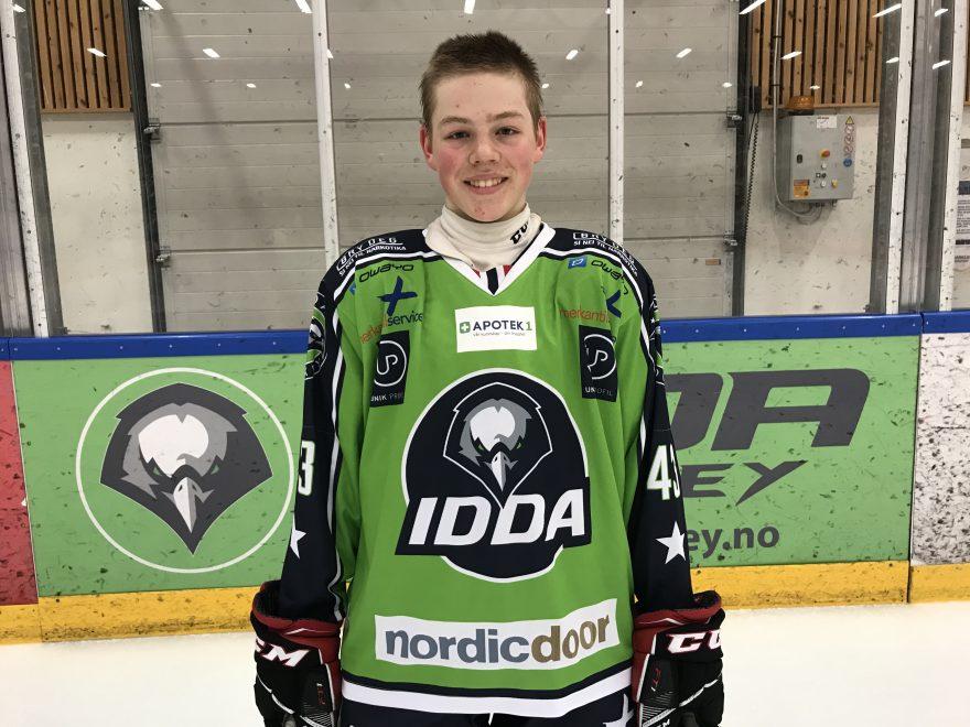 Gutt i Ishockeydrakt på isen